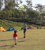 父亲和女儿,人们在草在公园,夏天野营在广州,中国 免版税库存照片