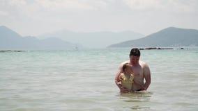 父亲和女婴使用在海的黄色swimsuite的 雅典希腊 ?? 股票录像