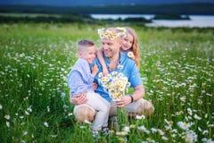 父亲和孩子使用在领域的越野汽车的在su以后 免版税图库摄影