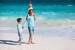 父亲和孩子在海滩 免版税图库摄影