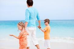 父亲和孩子在海滩 库存照片