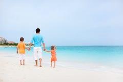 父亲和孩子在海滩 免版税库存图片