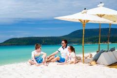 父亲和孩子在热带海滩 免版税库存照片