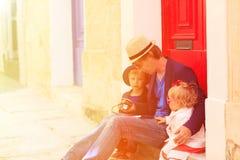 父亲和孩子在马耳他街道上旅行  免版税图库摄影