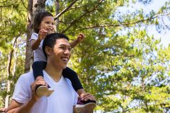 父亲和孩子有一乐趣天外面,一起笑和使用在步行 免版税图库摄影