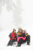 父亲和孩子有温暖的饮料在雪 免版税图库摄影