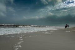 父亲和孩子海滩暴风云的 免版税库存图片