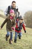 父亲和孩子获得乐趣在国家 免版税库存图片