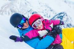 父亲和孩子滑雪设备的 免版税库存图片
