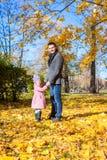 年轻父亲和小女孩享受假期  库存照片