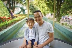 父亲和小女孩欧罗巴的在铁锈,德国停放 免版税库存图片