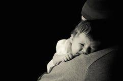 父亲和新出生的婴孩 免版税库存图片