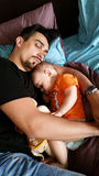 父亲和男婴睡觉 免版税库存照片