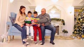 父亲和配偶在欢乐装饰的室划分在家庭成员之间的家庭金钱,坐蓝色沙发与 股票视频