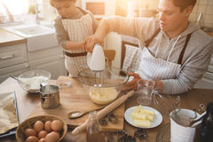 父亲和他儿子烹调 免版税库存图片