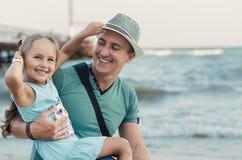 父亲和他可爱一点女儿微笑 免版税库存图片