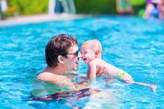 父亲和婴孩游泳池的 库存图片