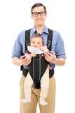 年轻父亲和他小女儿摆在 免版税图库摄影