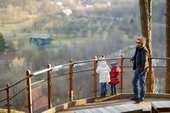 年轻父亲和他的两个小女儿 免版税库存图片