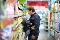 父亲和他的儿子超级市场的 免版税库存图片