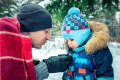 父亲和他的孩子凉快的茶 免版税库存图片