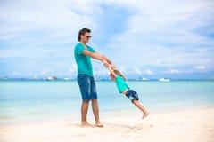 年轻父亲和他的小女儿获得乐趣  免版税库存照片