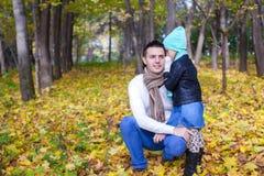 年轻父亲和他逗人喜爱的矮小的女儿 图库摄影
