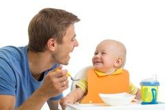 父亲哺养的小儿子 免版税库存照片
