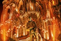 父亲圣米格尔火山雕象Parroquia教会圣米格尔德阿连德墨西哥 库存照片