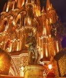 父亲圣米格尔火山雕象Parroquia教会圣米格尔德阿连德墨西哥 免版税库存图片