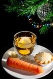 父亲圣诞节的食物 肉馅饼、饮料和红萝卜驯鹿的 库存图片