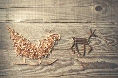 父亲圣诞节雪橇的简单的标志从锯木屑安排了 库存照片