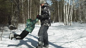 年轻父亲在冬天转动他的儿子  股票视频