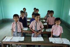 父亲在前Gabric纪念学校在Kumrokhali,西孟加拉邦,印度 免版税库存图片