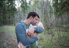 父亲在手上拿着他新出生的小儿子 免版税库存图片