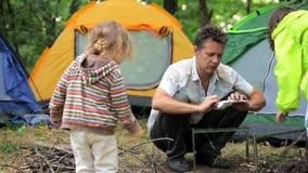 父亲在露营地的定象火盆在森林里 影视素材