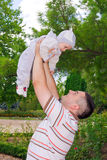 拿着他的儿子的年轻父亲 图库摄影