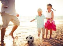 父亲女儿儿子海滩乐趣夏天概念 免版税库存图片