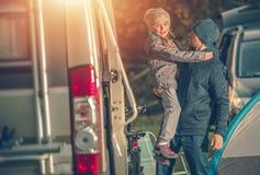 父亲女儿和露营地 免版税库存图片