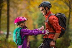 父亲女儿骑自行车旅行 库存照片