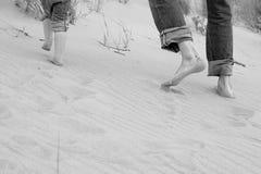 父亲孩子连续沙子脚趾 免版税库存图片