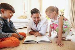 父亲对他的孩子的读书故事 库存图片