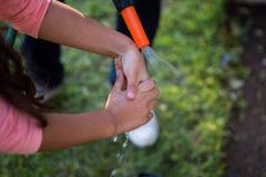 父亲帮助的女儿洗涤的手 免版税图库摄影