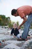 父亲帮助的婴孩 免版税库存图片