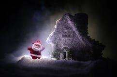 父亲弗罗斯特、圣诞老人、Joulupukki和其他传奇英雄的家寒假 狂放的一个舒适小的房子 库存图片