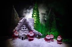 父亲弗罗斯特、圣诞老人、Joulupukki和其他传奇英雄的家寒假 狂放的一个舒适小的房子 图库摄影