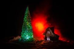 父亲弗罗斯特、圣诞老人、Joulupukki和其他传奇英雄的家寒假 狂放的一个舒适小的房子 免版税库存图片