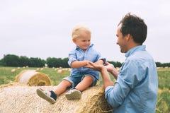 父亲愉快的儿子 一起户外家庭 免版税图库摄影