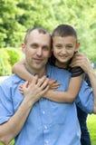 父亲愉快的公园儿子 免版税库存照片