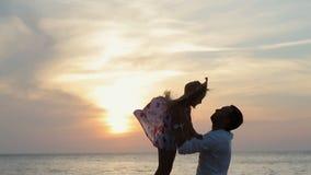 父亲投掷悬而未决矮小的愉快的女孩近 股票视频